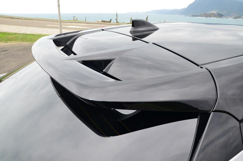 大面積尾翼賦予車尾另一重要躍動元素
