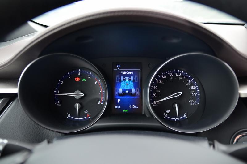 頂規的AWD版在駕駛儀表內還多了四輪驅動的動力分配動畫圖