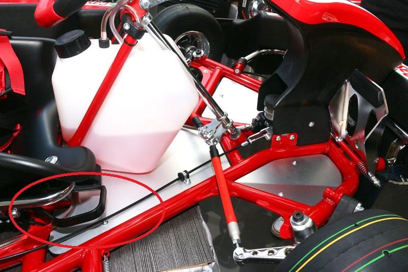 全新的Birel ART N35,最大的特色就是多了踏板與座椅前後調整功能,在座椅下方兩側設有拉柄,右側為調整踏板〈紅圈處〉,左側則為調整座椅,以對應各種不同身材的駕駛更舒適地操駕。