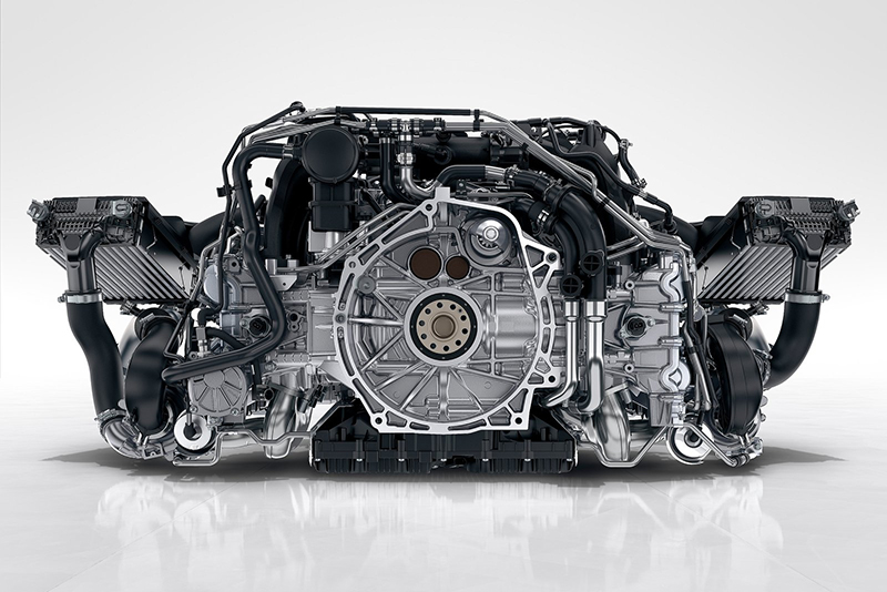 怎麼提升30匹馬力?首先我們要有顆小改款後的Porsche 3.0升平六引擎,然後它必須是要具備420匹輸出的S家族動力,最後再透過渦輪增壓系統再進化,然後就會有與911 GTS平起平坐的輸出。