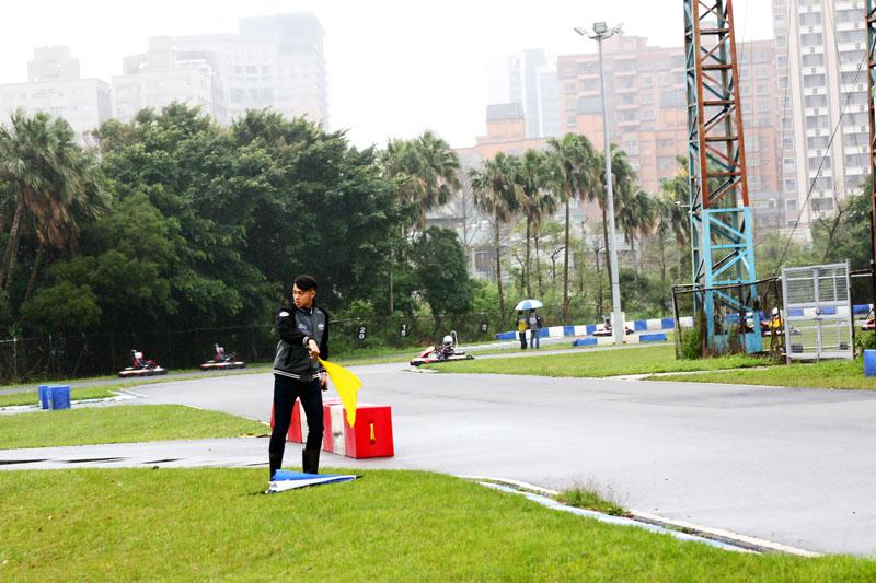 場上狀況不斷,工作人員也會揮動黃旗提醒場上車手減速。