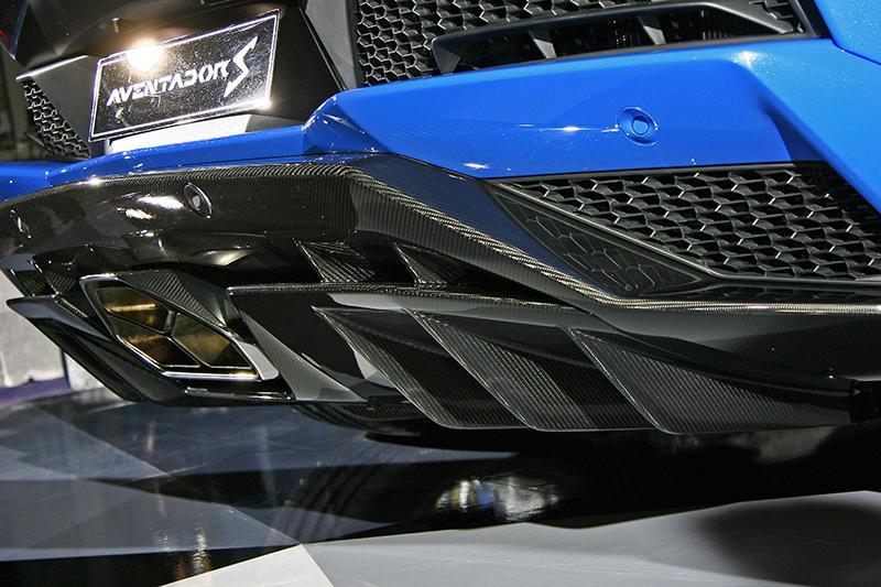 底部擴散器以及垂直片狀導流設計增強空氣流通性能,且後尾翼可根據速度和駕駛模式在三個位置移動,優化整體平衡。