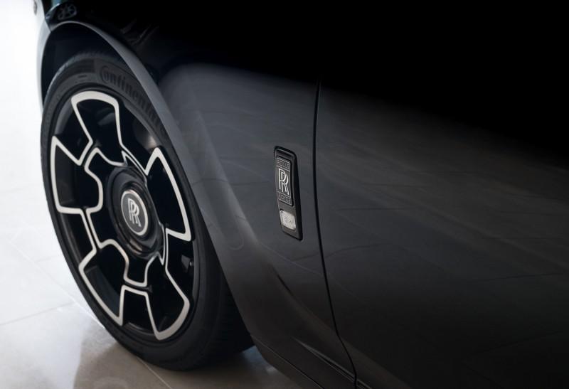 車側改為黑底銀漆的雙R徽章。