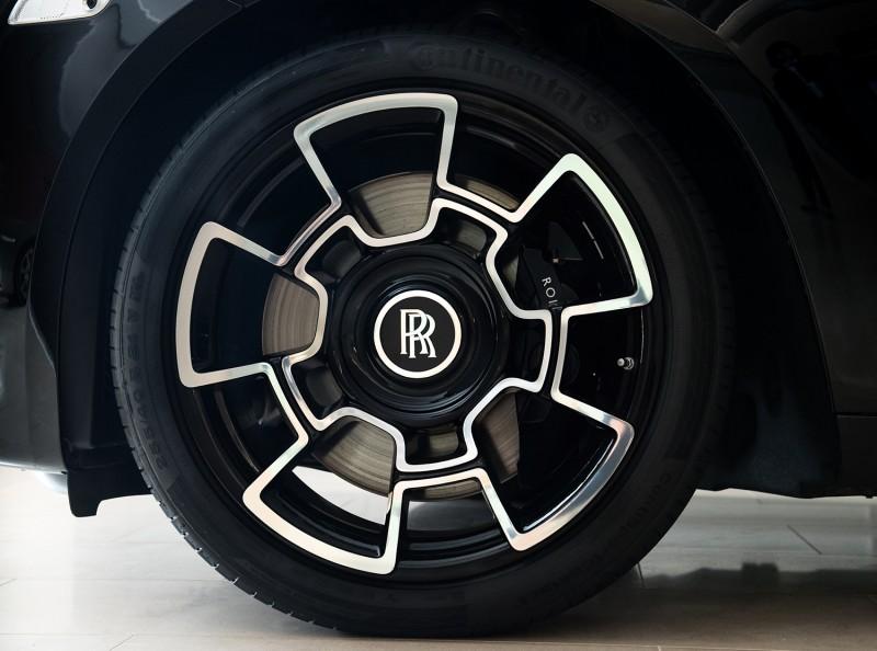 全新設計的 21 吋五幅式輕量化複合碳纖維合金輪框。