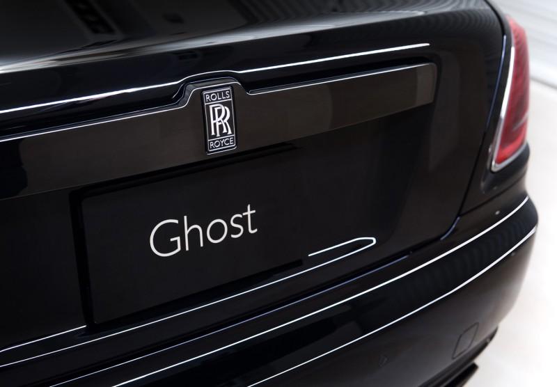 車尾改為黑底銀漆的雙R徽章。
