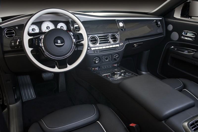 全車不論內裝外觀皆以黑色與海貝殼色相互呼應,打造極簡的暗黑風格。
