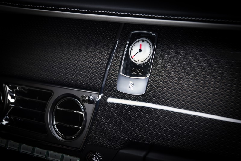 Black Badge 專屬時鐘,指針尖端鑲上橘色,鐘面有無限 (Unlimited) 標誌。
