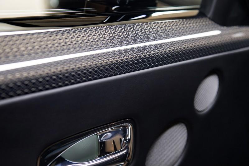 Black Badge 專屬,鋁合金嵌固的航太等級複合碳纖維表面材料。