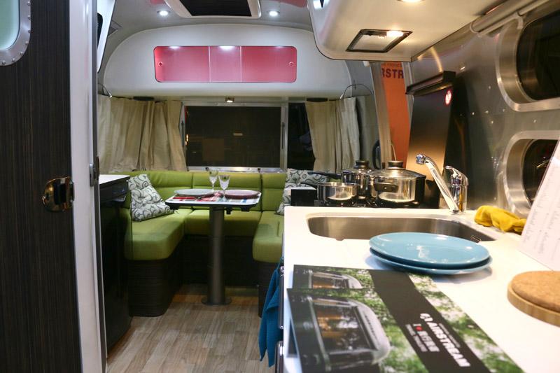 雖然Airstream露營車都有基本的車內陳設樣式可選,但也提供買家客製化服務,打造自己最愛的露營車空間與風格。