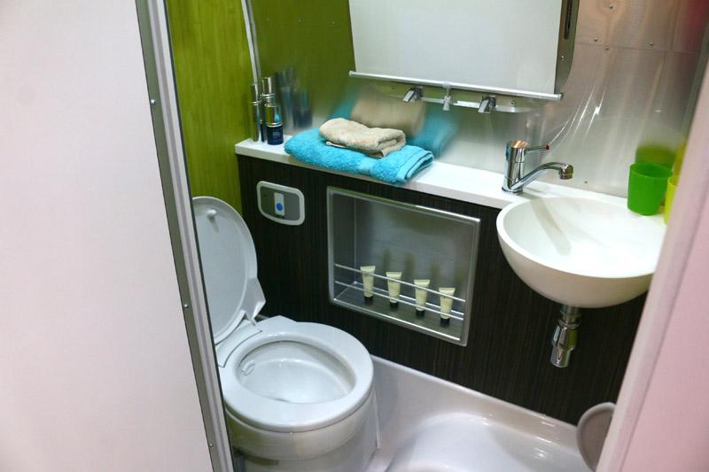Airstream露營車中也設有基本的衛生與盥洗空間。