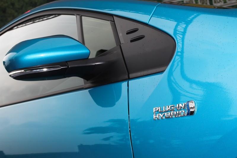 葉子板上鑲有新型Plug-in Hybrid字樣銘板