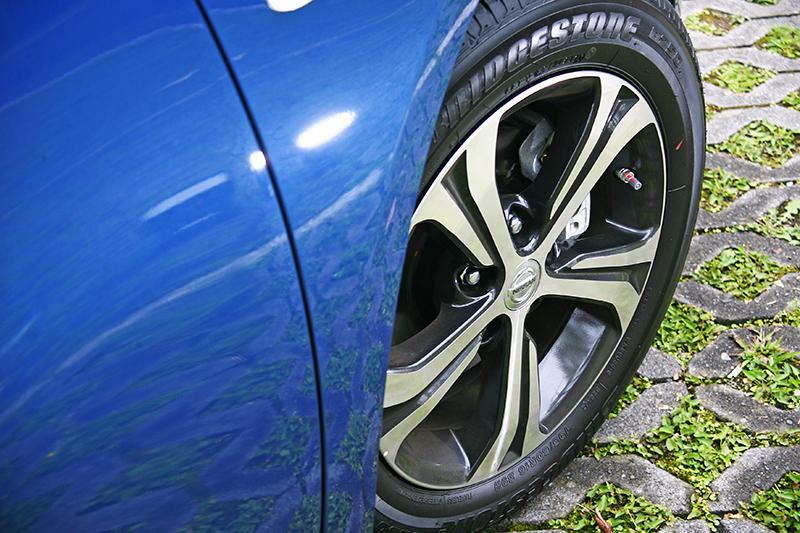自然進氣車款的16吋鋁圈,以雙色樣式呈現。