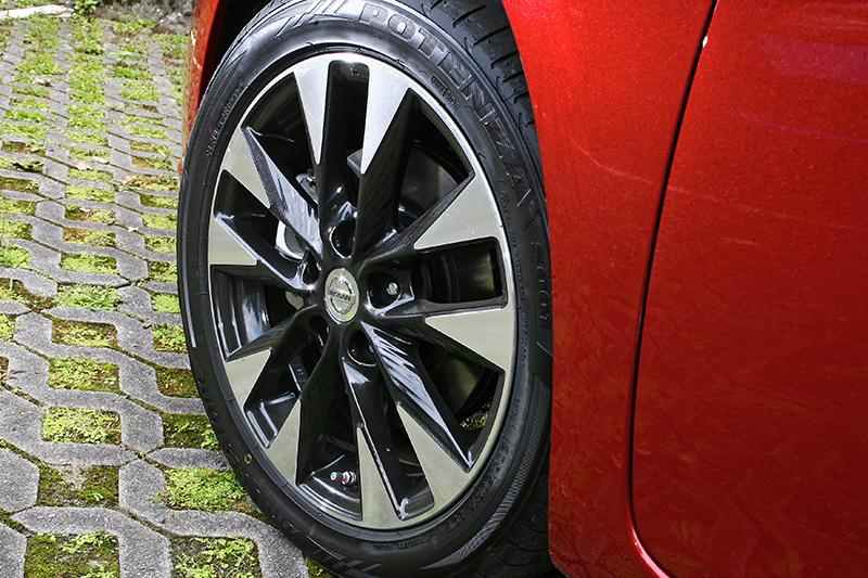 Turbo車款的17吋鋁圈同樣是雙色塗裝,但更顯耀武揚威。