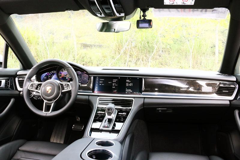 全新Panamara採用了保時捷先進座艙(Porsche Advanced Cockpit)概念,中控台大量採用觸控化介面,並配置附有12吋螢幕之全新PCM保時捷通訊管理系統。
