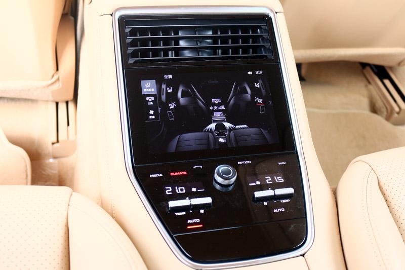 後座若選擇左右獨立空調,就會配置與前座相同的操作介面,科技感十足。