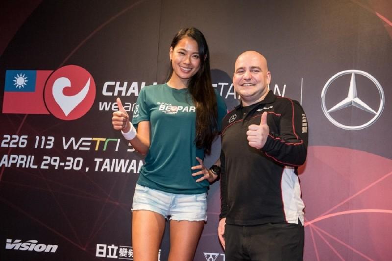 台灣賓士轎車行銷業務處副總裁何睿思(右)與王麗雅(左)與大家一起Challenge Taiwan。