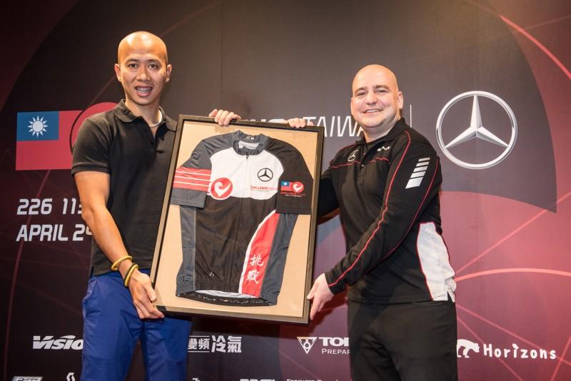 Challenge Taiwan常務董事Jovi(左)致贈台灣賓士轎車行銷業務處副總裁何睿思(右)Challenge Taiwan紀念車衣。