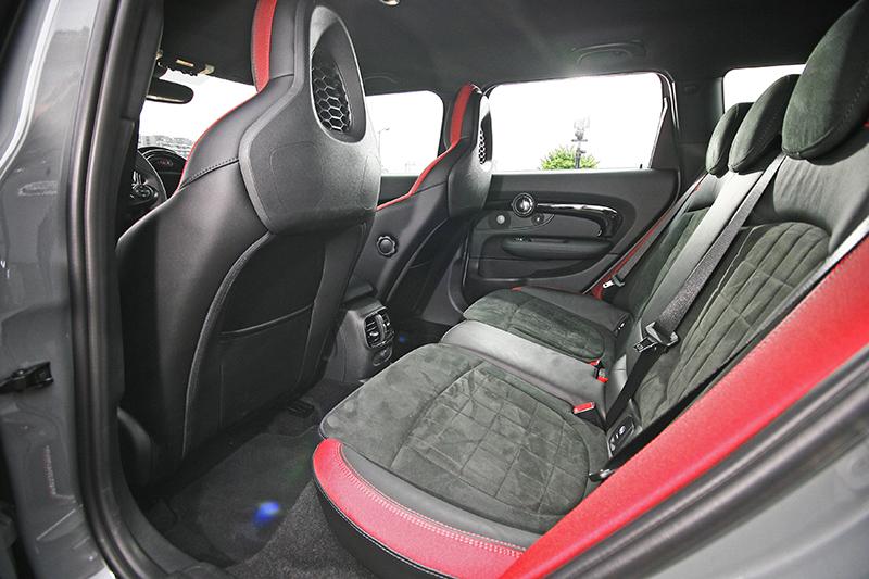 座艙相當跑格化,質感也較改款前精進。