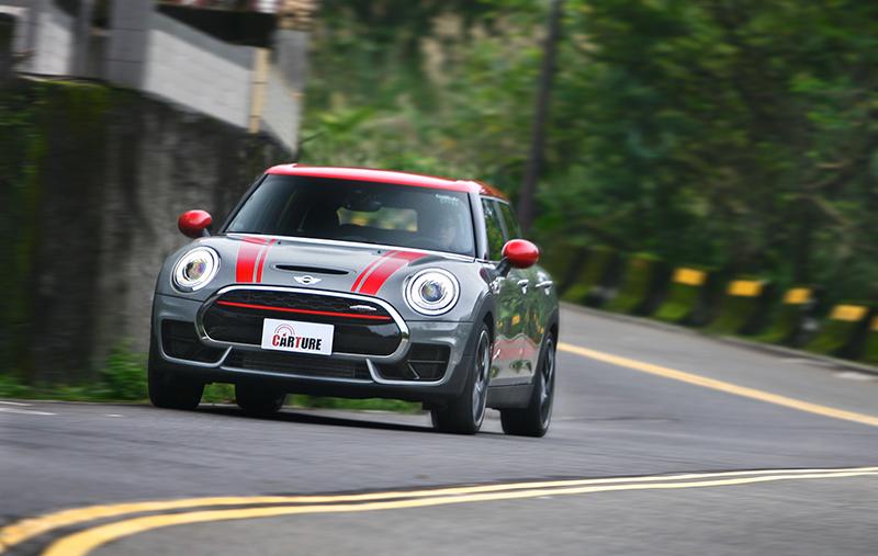 緊黏住地面的感覺,是過往Mini車系較少見的特性,也是ALL4四驅系統的功勞。