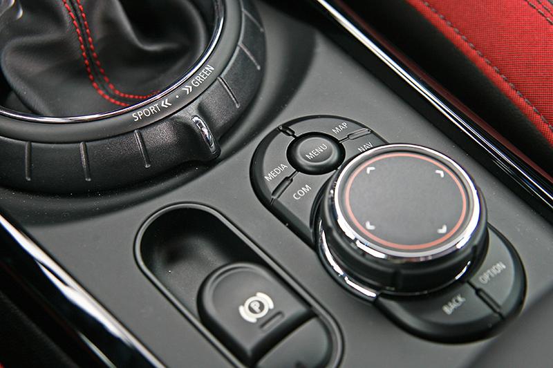 中央螢幕也可透過排檔座後方的旋鈕控制。