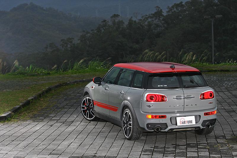 水泥灰的外觀配上賽車飾條,一派Mini JCW跋扈調調。
