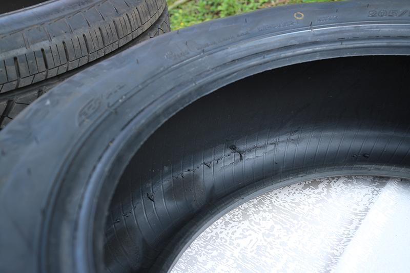 這是一般輪胎爆胎後繼續行駛的慘狀,可以看見胎壁都因擠壓而破損碎裂。
