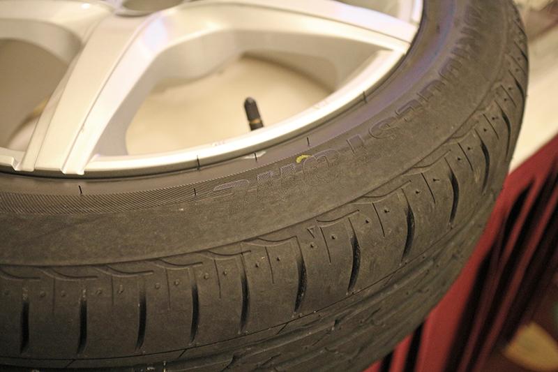 拆下來以後,這就是爆胎後還一直開的輪胎胎壁,你看連商標都磨掉了。