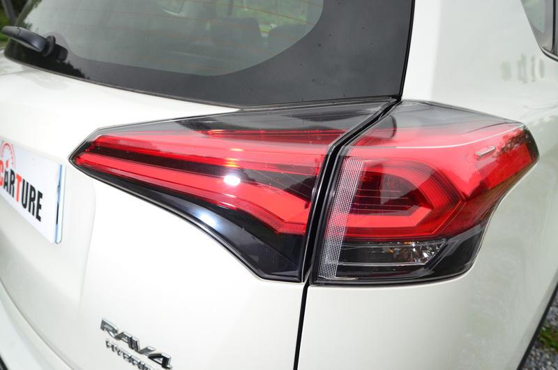 新款導光條尾燈搭配燻黑燈殼,比起前代車型更為搶眼!