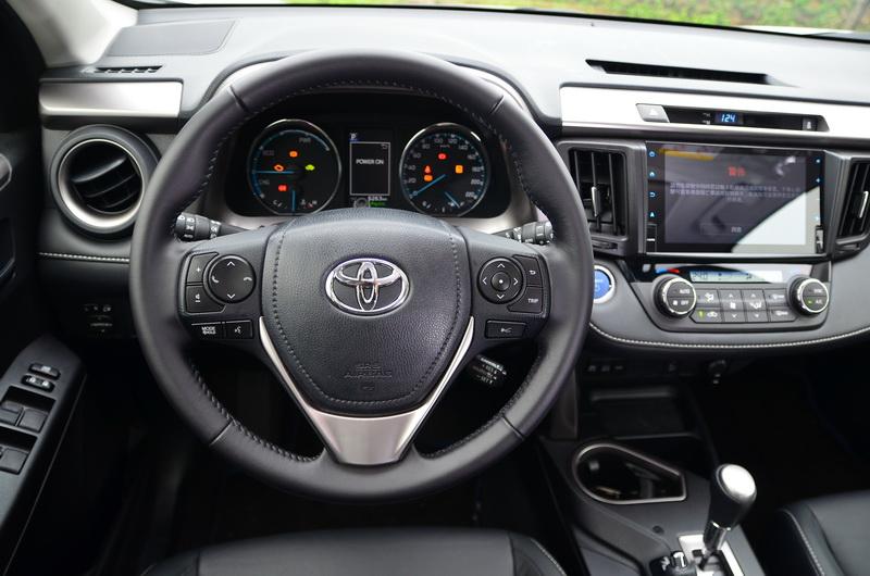 方向盤上的多功能按鍵可用於中央儀表的功能操作