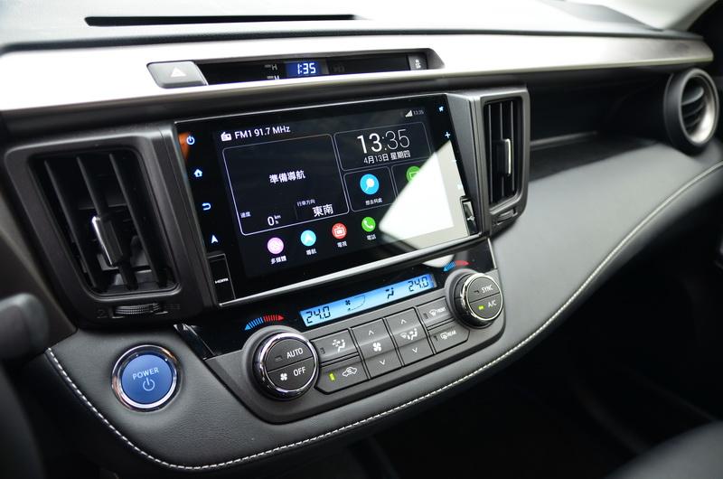 頂規版Hybrid車型標配玻璃鏡面觸控螢幕
