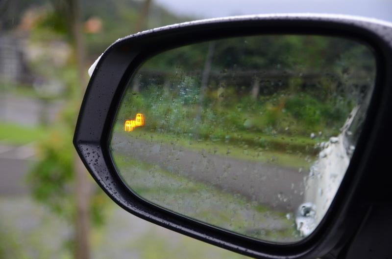 盲點偵測系統作動時,後視鏡會有圖樣閃光顯示