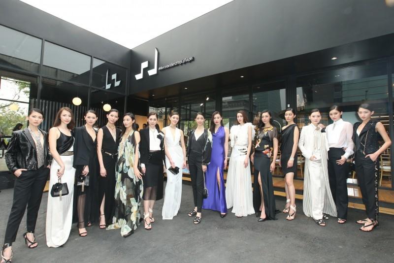 LANVIN精彩絕倫的 35 套春夏女裝作品,由名模邱馨慧、張敏紅領軍 15 位凱渥模特兒共同展演,蜿蜒的伸展台搭配上華美的服裝,就像是一場醉人美夢。