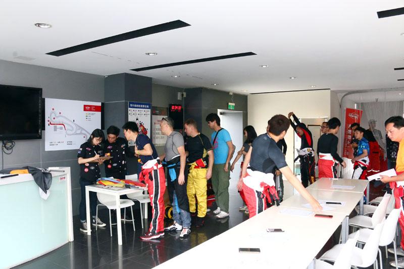 在車手會議時以抽籤方式決定排位賽時段。