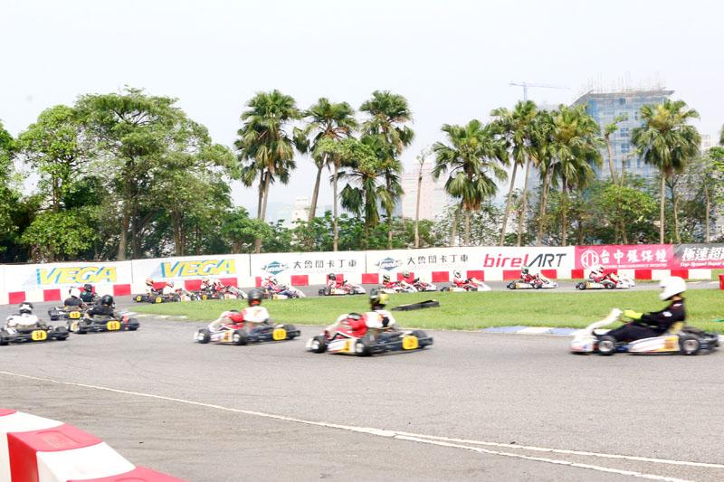 到決賽起跑後,所有車湧入一至二號彎的場面十分壯觀,前段班已經要出三號彎進入大直線了,後段班才剛進入一號彎。