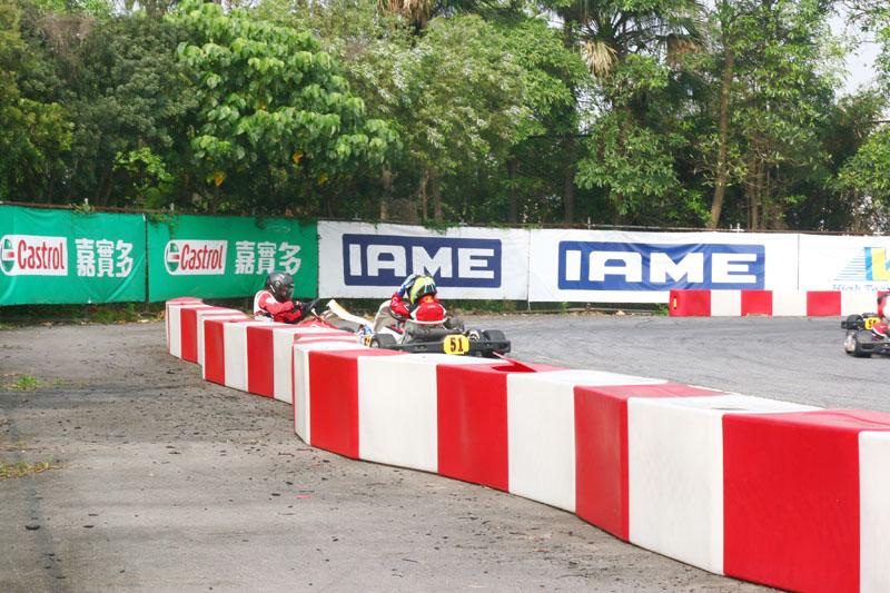 小將李東諺〈51號車〉在決賽時與張育賓〈96號車〉纏出了賽道旁,雖然還能回到賽道上完成比賽,但也失去了爭取上頒獎台的機會。