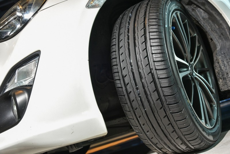 別說裝在Altis車上操控不好,現場還有一輛86同樣也換上ES32新胎