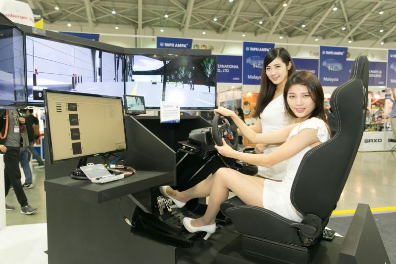 智慧安全駕駛模擬系統是國內首個完整自動輔助駕駛的智慧安全駕駛模擬平台,可依需求重建自動輔助駕駛系統所需的測試情境,為車輛業者節省30%-50%的開發時間。