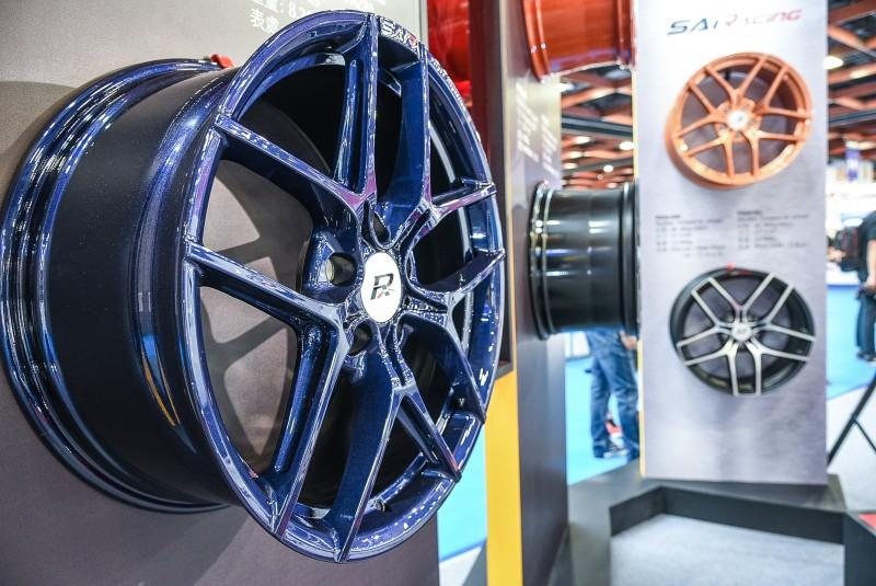 Skylite鍛造鎂合金輪圈,並提供寶石藍、消光黑、玫瑰金及珍珠橘四款色系給專業車主們最多元的選擇