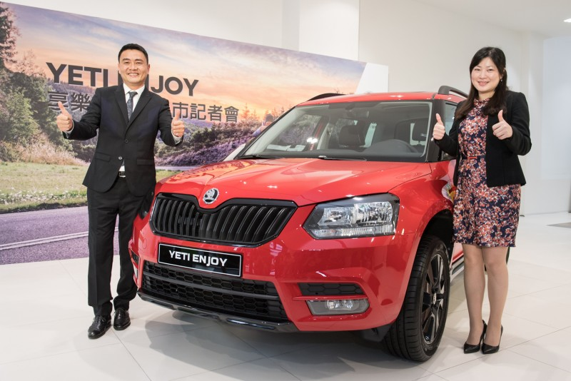 Škoda Taiwan總裁李御林(左)和台北尚鵬汽車闕杏如總經理(右)蒞臨活動現場,共同為Škoda Yeti enJoy享樂版上市舉行揭幕