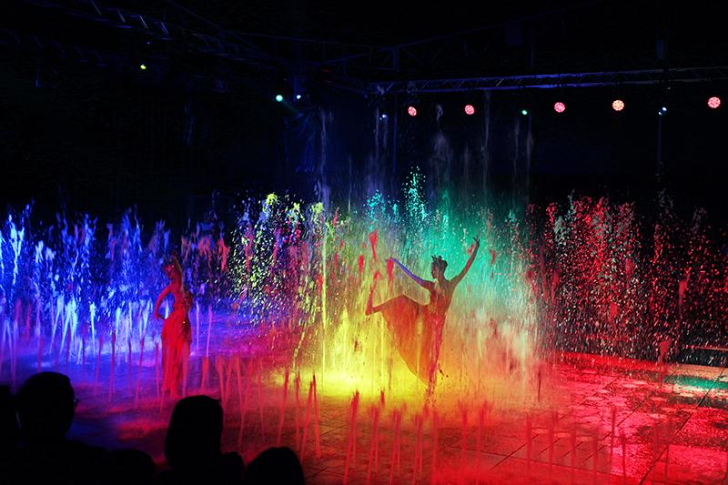 當代傳奇劇團與現代搖滾京劇大師吳興國老師帶領劇團親臨演出水舞京劇。