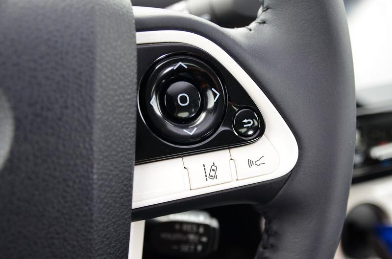 獨立出來的車道偏移與車距偵測系統按鍵,操作上相當直覺方便
