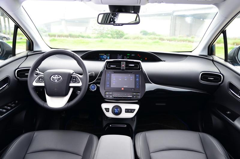 內裝與Prius大同小異,但因系統不同在細部上有些許差異