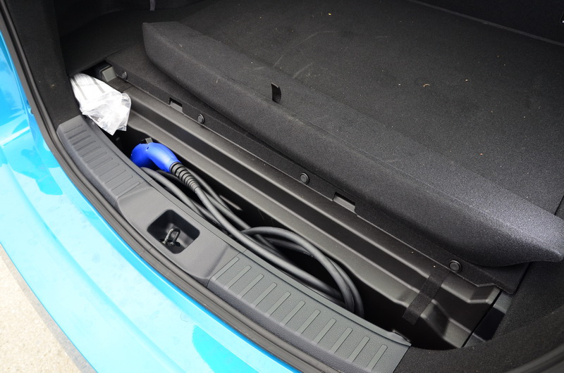 尾廂內配有充電插頭,方便外出時作充電使用