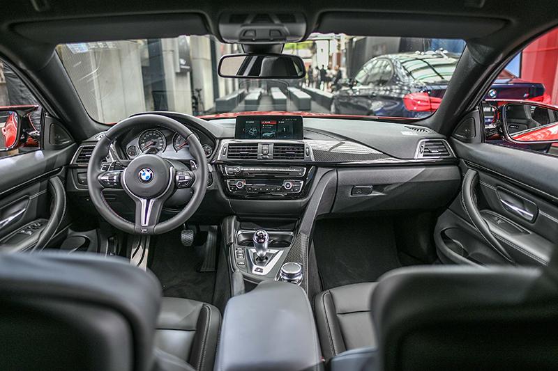 BMW M4搭載全新iDrive介面,同時中控台採縫線方式處理質感優異。