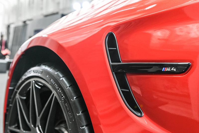 黑色高光澤車側鰓狀飾條也是Competition Package競技化套件的內容之一。