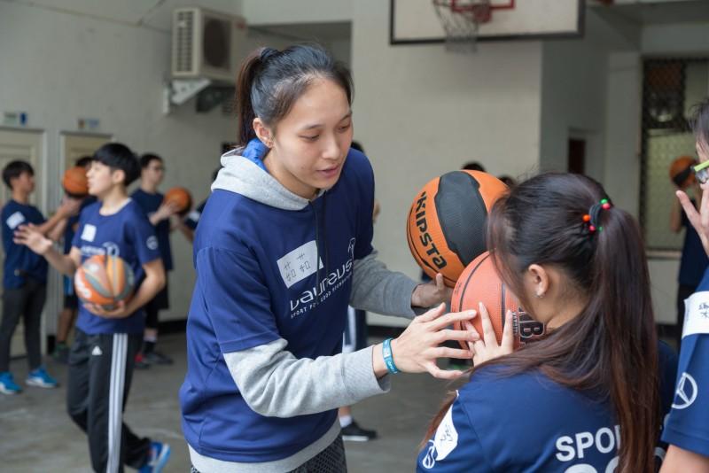 台電女籃球員用自己的專長帶領青少年愛上籃球,投籃得分。