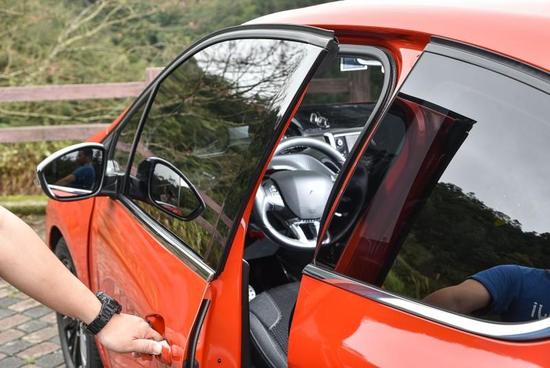 三門車型的門板通常比五門長,上下車必須特別注意開啟角度