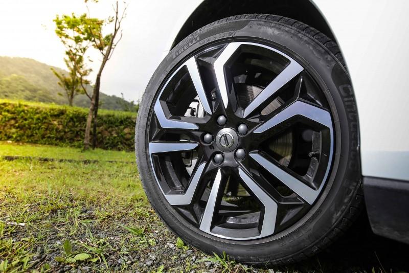安全旗艦版搭載18吋胎圈規格,輪圈造型相當具視覺張力。