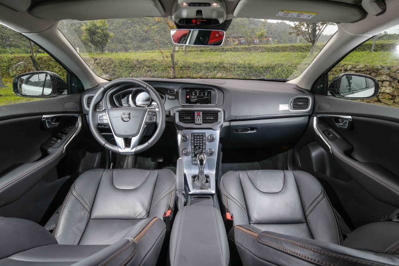 座艙內主要改變為飾板材質的調整。