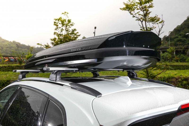 試駕車型另外選配了原廠出品的車頂架與車頂箱,不僅增添視覺個性,也讓空間機能表現不甚出色的缺點獲得解套。